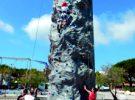 grimpe sur le mur mobile d'escalade